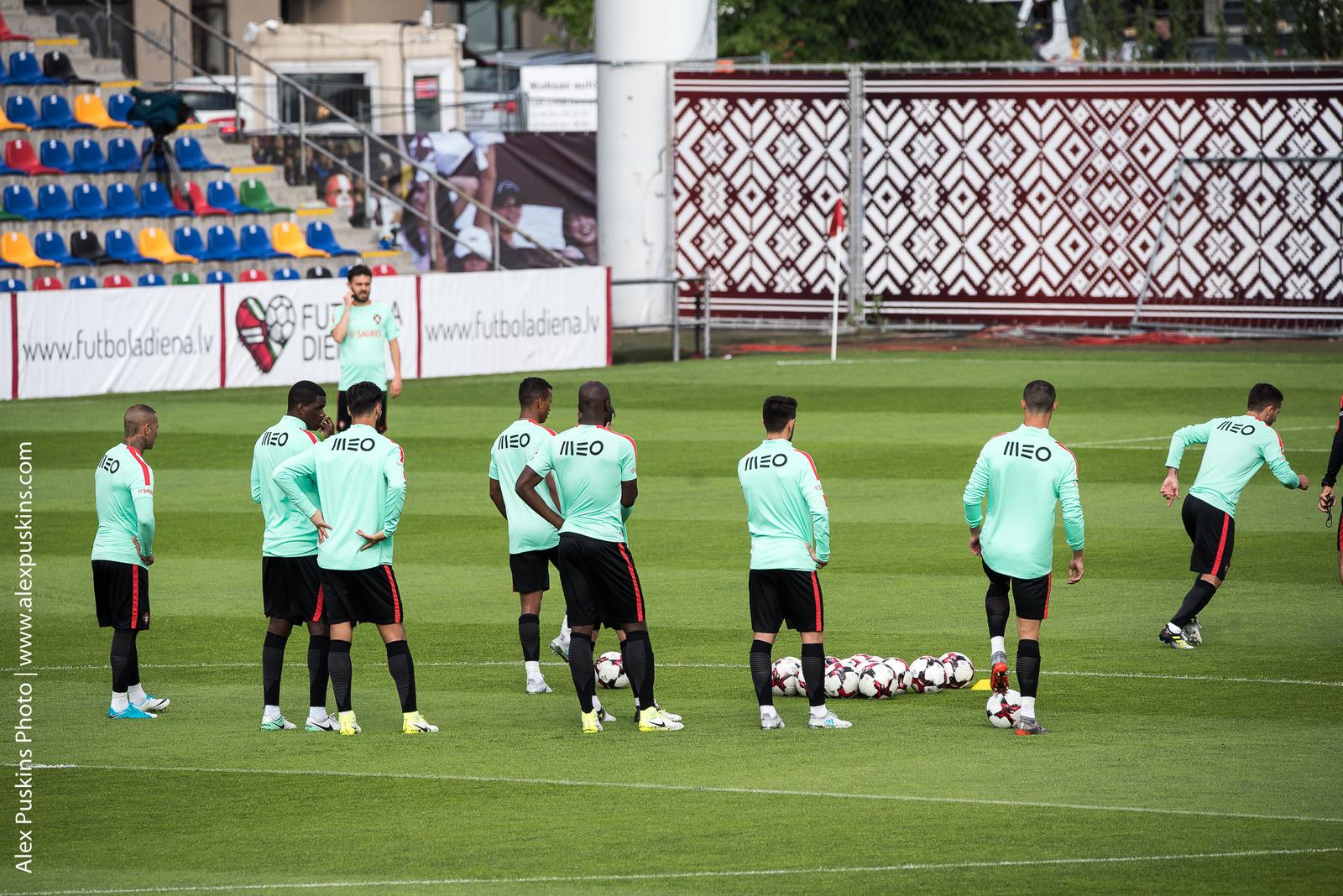Тренировка сборной Португалии с Криштиано Рональдо в Риге - фото